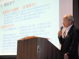 講演で国と東京電力の対応を批判する井戸川氏=大網白里市保健文化センター