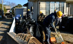 Workers are engaged in decontamination efforts in Naraha, Fukushima Prefecture, on Jan. 7, 2013. (Asahi Shimbun file photo)