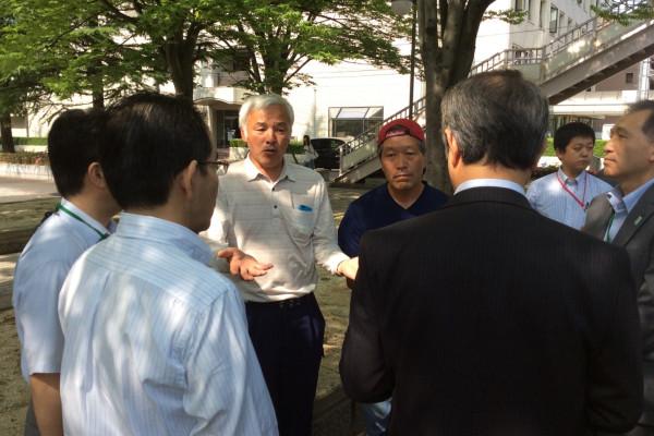 吉沢さんや松村さんに詰め寄る福島県庁の職員。吉沢さんは「今から経産省や環境省に牛を連れて行く。止めても行く」。県庁職員は「20キロ圏から出さない、福島県から出さないことになっている。あくまでもお願い。要請」。  Naoto san and yoshizawa san negotiating to Fukushima Pref officers