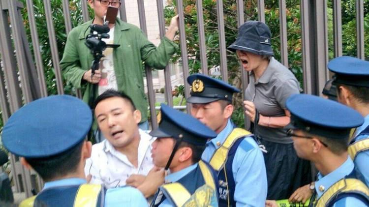 「@tanakaryusaku: 国会議事堂南通用門前で山本太郎議員が「集団的自衛権の行使容認」に反対する演説をしようとした所、警察に排除された。警察は山本議員はじめ市民数人を押し倒し、腕をひねり上げた。フリージャーナリストや市民の抗議で約30分後、山本議員は元の場所に戻ることができた。警察への抗議が続いている。」